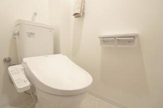 温水洗浄機付きトイレはペーパーホルダーも2つ! トイレもリフォーム済みです。