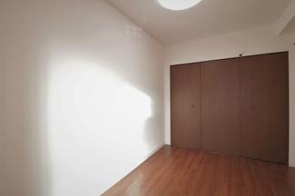 こちら約5.1帖の洋室に広々使える収納がついています。