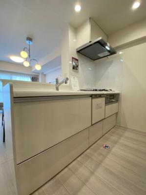 収納豊富な対面式システムキッチンです。