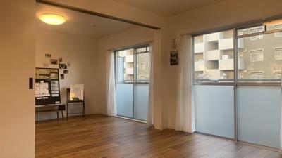 玄関を開けたら、リビング空間が広くオシャレに囲まれたお家です。