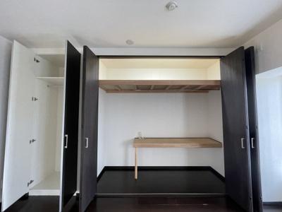 壁一面にクローゼットがあるのでオールシーズンのお洋服も収納可能。
