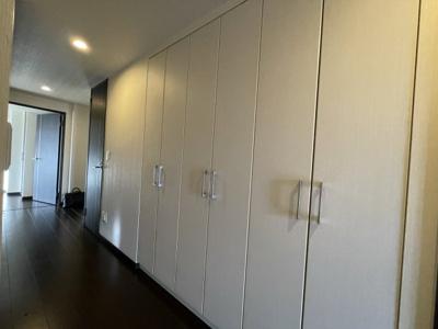 廊下にもたっぷり収まる収納があります
