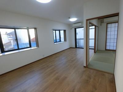 南東角部屋、2面採光のリビングは陽当たり・通風◎です。 ダイニングテーブルやソファー、ローテーブルなどの家具もしっかりと配置できます。