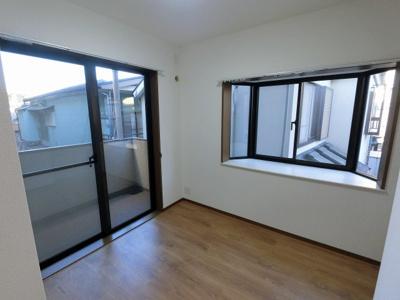 2面採光で明るい洋室は主寝室にいかがでしょうか。