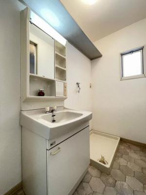 ファミリータイプには必ず欲しい独立洗面台付きで朝の準備もらくらく♪お化粧するときに大活躍ですね!洗面所にも換気のできる小窓付き♪