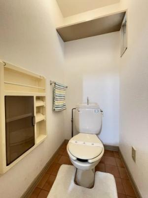 人気のバストイレ別です♪小物を収納できる棚やタオルを掛けられるハンガーもあります♪窓のあるトイレで嫌なニオイがこもりません♪