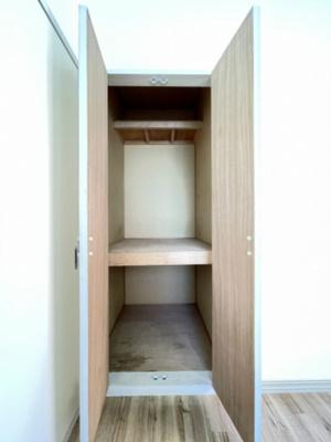 洋室4帖収納帖のお部屋にある収納スペースです!奥行きのある収納で、かさ張るお掃除用品などもすっきり収納できて便利!