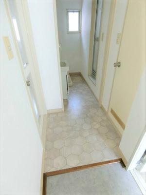 玄関から室内への景観です!右手にトイレ、左手にリビングダイニングキッチンがあります★