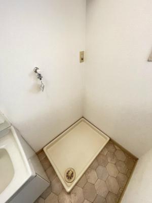 独立洗面台横にある室内洗濯機置き場です♪防水パンが付いているので万が一の漏水にも安心です!