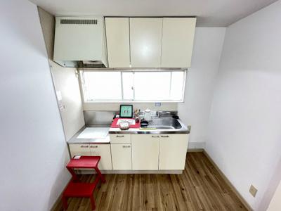 ガスコンロ設置可能のキッチンです☆場所を取るお鍋やお皿もすっきり収納できます♪換気のできる窓付きでお料理の匂いもこもりません!