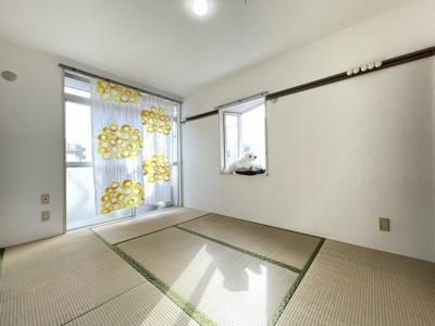 バルコニーに繋がる南東向き角部屋二面採光6帖の落ち着く和室です!出窓があるのでインテリアを飾って楽しむこともできます♪