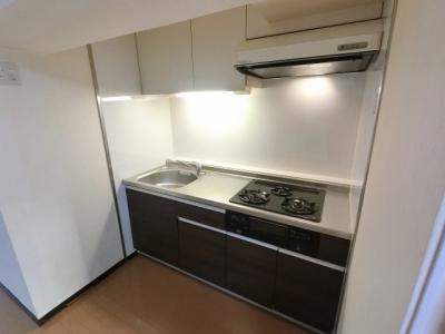 3口ガスコンロのシステムキッチンです。 上下に収納が有りキッチン周りをスッキリ清潔に保てます♪