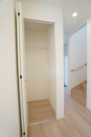 1階廊下 冬場であればコートなどのアウターを掛けて置くのに便利です。
