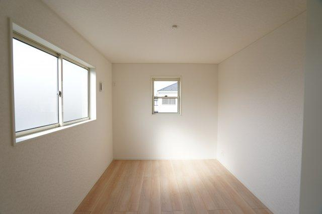 6帖 窓が2面あるので採光と通風がいいです。気持ちよく過ごせそうですね。