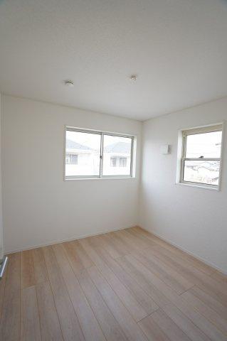 4.5帖 窓が2面ありますので、気持ちのよい風が入ってきそうなお部屋です。換気も十分にできます。