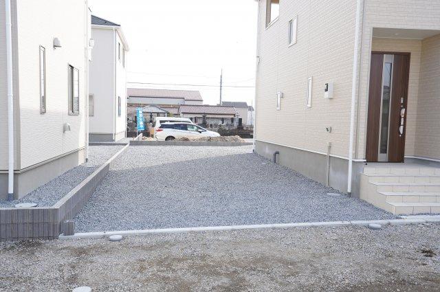 砂利敷きの駐車場は雨の日の排水性が良く、滑りにくいです。