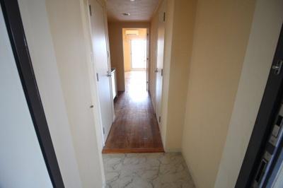 ゆとりのある玄関で、収納も豊富です。