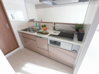 3口IHコンロのシステムキッチンです。 食器洗乾燥機付き、後片付けもラクラクこなせて、環境に優しい設備です。