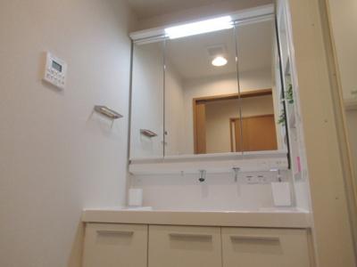 朝のお支度などに活躍の独立洗面台もあります。