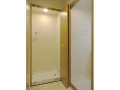 洗濯機置場には扉が有り不使用時は隠しておけます。