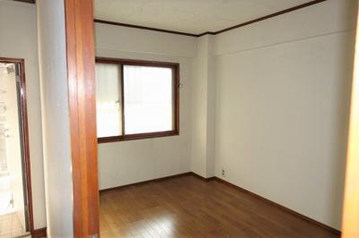 玄関側の洋室 南側なので明るいです。