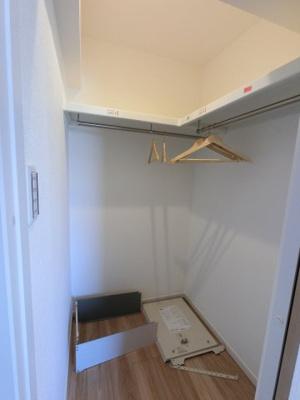4.3帖のウォークインクローゼットです。 たっぷり収納できますので、整理整頓もスムーズに。居室空間をより広々と使えます!