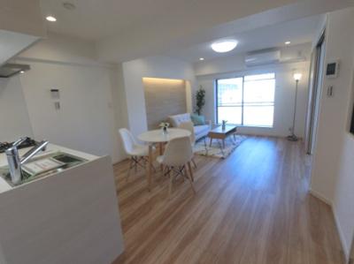 12.3帖のリビングは壁付けタイプのキッチンでお部屋を広くお使いいただけます。 豊富な収納設計でお部屋を広く有効活用出来ます♪