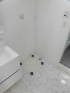 上部に収納スペースを備えた洗濯機置場!