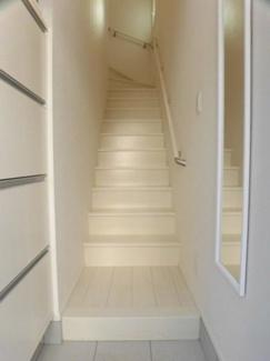 傾斜の緩やかな階段に手摺が付いていますので昇降も快適です!階段スペースの換気も可能です!