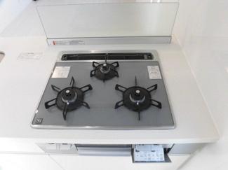 お手入れ簡単なガラストップ3口ガスシステムキッチン!