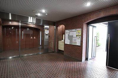 鉄骨鉄筋コンクリート造の地下1階付地上10階建マンション。