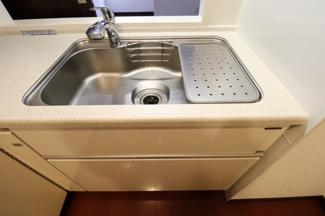 【キッチン】ディスポーザー付きで、生ごみを粉砕処理してを少なくします。