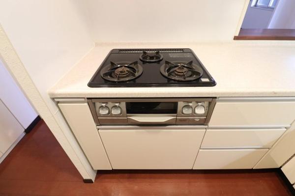 【キッチン】3口コンロが魅力的なキッチンです。