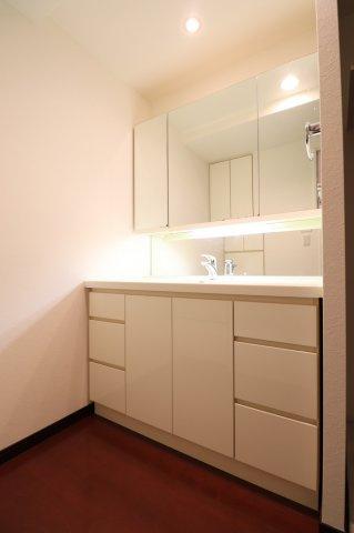 【独立洗面台】三面鏡裏収納でたっぷり収納でき洗面台をキレイに保てます。