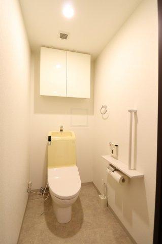 【トイレ】温水洗浄機能付暖房便座です。収納スペースもありすっきり片づけれます。バリアフリーにも配慮しており、立ち座りに安心な手摺りを設けています。