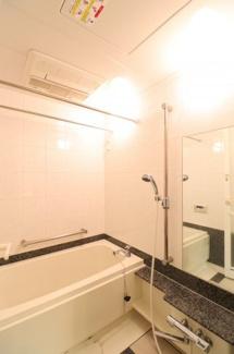 【浴室】ミストサウナ付きの浴室で日々の疲れを癒して頂けます。