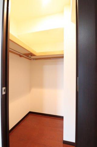 【ウォークインクローゼット】ハンガーパイプが壁一面にあり、一目で収納した物が見てわかるのでとても便利です。