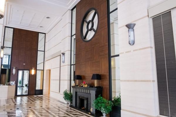 【エントランス】天井が高く、窓も大きく自然光もたくさん開放感のあるエントランスです。