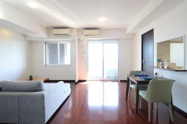 【居間・リビング】上質な空間を演出できるダークブラウンの床を基調しており、重厚さと独特の気品を醸し出しています。