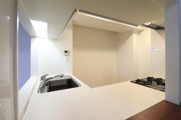 【キッチン】白を基調としたキッチンは清潔感◎調理する際も場所を広々と使え、お料理の効率もグンと上がります。