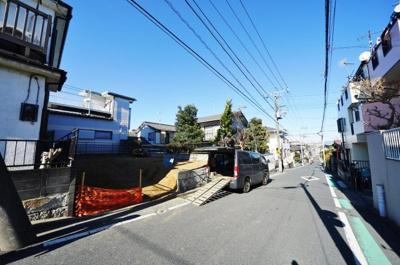【前面道路含む現地写真】19.5帖+DENの開放的で広いリビング。東南道路6mのため日当たり良好