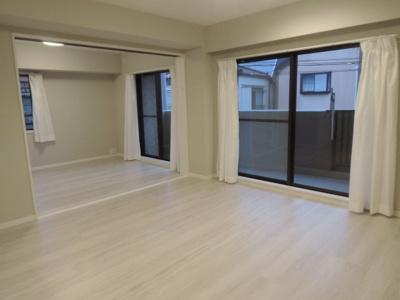 13.5帖のリビングはバルコニーに面しており採光・通風し◎ ダイニングテーブルやソファー、ローテーブルなどの家具もしっかりと配置できます。