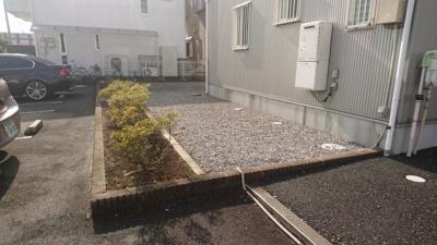 建物と駐車場の間には手入れされた花壇も