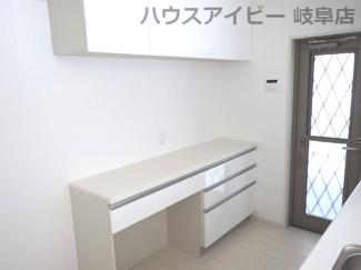 岐阜市西中島 新築建売♪キッチンとお揃いのカップボードついております。