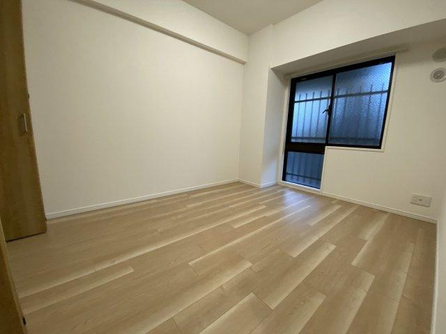 6.0帖の洋室です。 ベッドも2つは置けますので、主寝室として使いやすいですね。