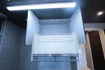 キッチン吊戸棚付き。