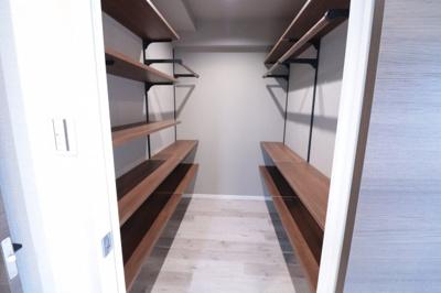 リビング脇には大きなサービスルームをご用意しました。衣類だけでなく、箱物などたくさん収納出ますので、居室やリビングをスッキリさせる事が出来ますね。