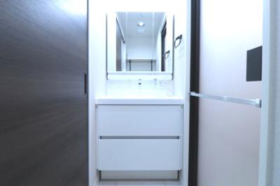洗面化粧台はリクシル社製MVシリーズを採用致しました。お掃除の手間を無くす為の機能が盛りだくさん!是非その手で触れて確かめてくださいね。