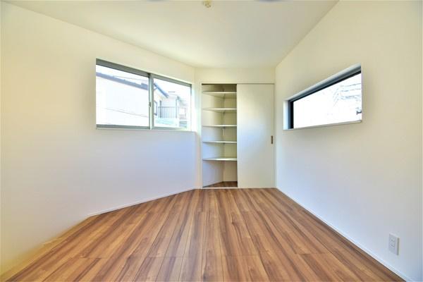 家具の配置がしやすい形の良いLDK! 三面採光で明るい空間♪