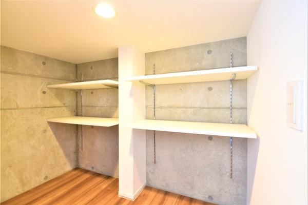 収納スペース! 収納が多いと、棚を置く必要もなく、お家の中がスッキリしますね!